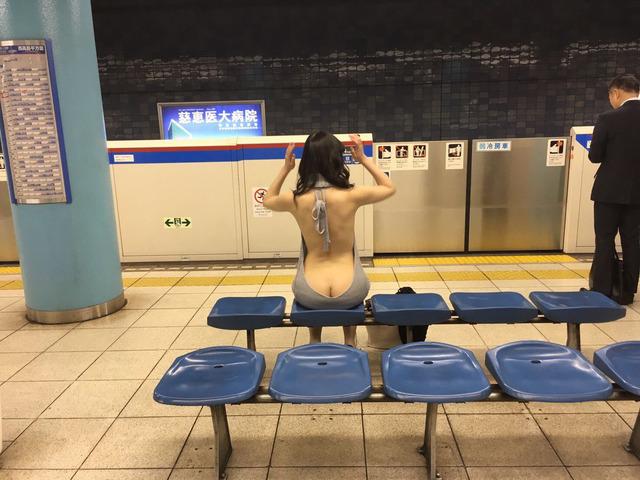 駅での露出画像1