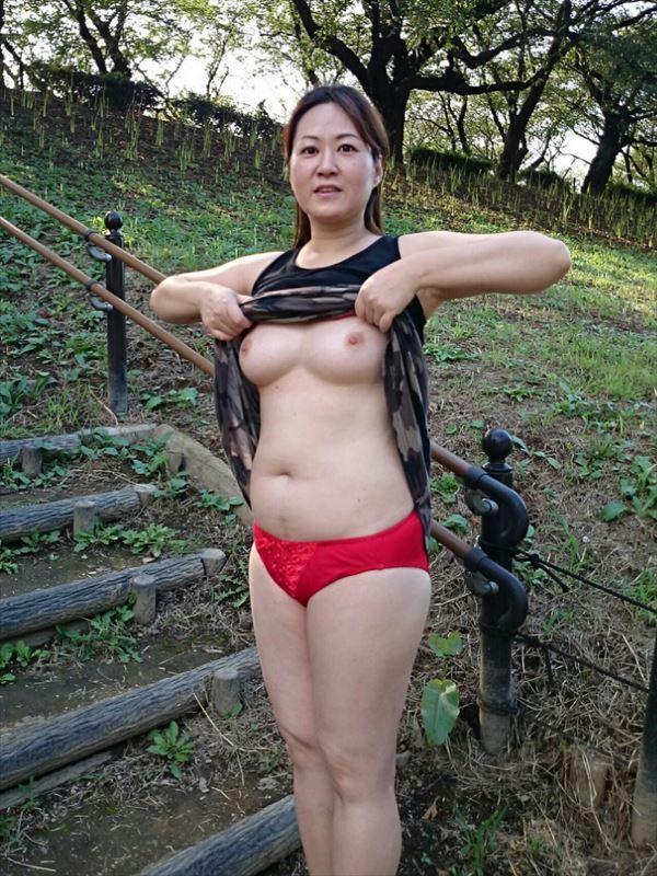 熟女野外オッパイ画像5