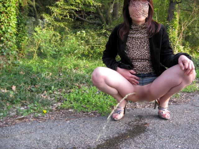 熟女野外放尿画像6