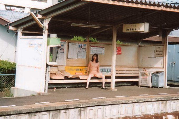駅での野外露出画像44