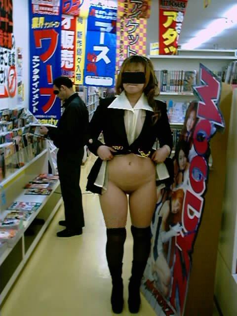 アダルト書店で露出画像3